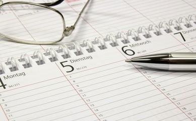 Kalender leer mit Stift und Brille