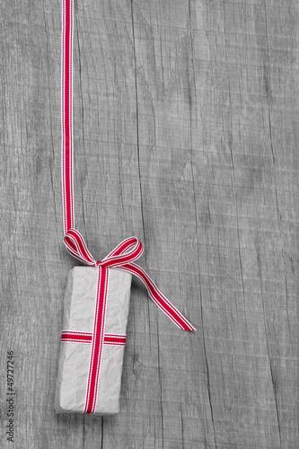 Holzhintergrund mit Geschenk zu Weihnachten oder Geburtstag