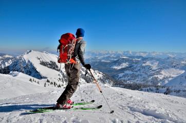 Skitourengeher bereit zur Abfahrt
