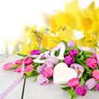 Happy Birthday: Blumengruß mit Holzherz zum Beschriften