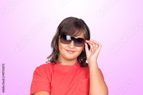 可爱喜悦单个垂直女孩女性孤立年轻的幸福微笑快乐的手时尚紫红色美丽