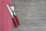 Fototapety Brotzeit - Messer und Gabel mit karierter Serviette