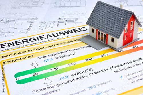 Leinwanddruck Bild Energieausweis und Modell des Hauses