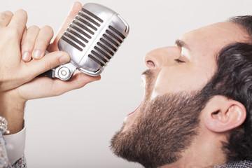 Sänger bei der Aufnahme im Tonstudio