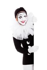 Weiblicher Clown lächelt und blickt ums Eck