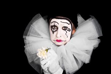 Trauriger weiblicher Clown mit Liebeskummer
