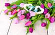 Herzliche Grüße: Tulpen auf Holz mit 2 Herzen