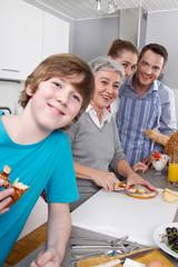 Familie kocht gemeinsam mit der Großmutter