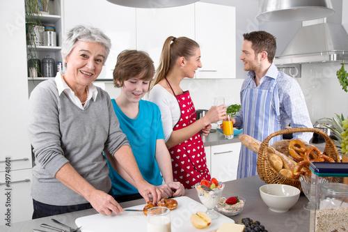 Happy family - Familie gemeinsam in der Küche