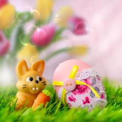Osterhase und Ei im Gras