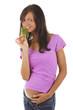 Schwangere Frau isst Petersilie -Vorsicht Fehlgeburt