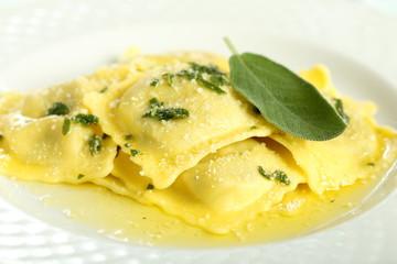 pasta italiana ravioli ripieni burro e salvia