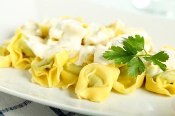 pasta italiana tortellini ripieni con crema di formaggio