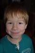 kleiner Junge mit großer Freude im Gesicht