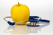 Stethoskop und Apfel. Gesunde Ernährung