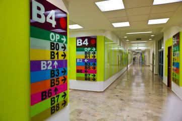 Schilder zur Orientierung in einer Klinik