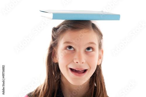 Symbolbild Bildung: Mädchen mit Buch auf dem Kopf