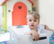 Das Kind im Wäschekorb