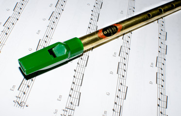 Tin whistle und Notenblatt