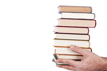 manos con libros apilados en fondo blanco