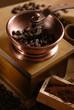 macinino in legno con chicchi di caffè