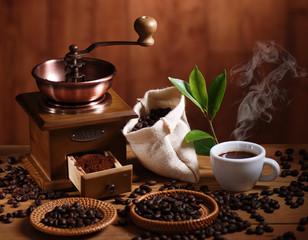 tazza di caffè espresso con macinino in legno