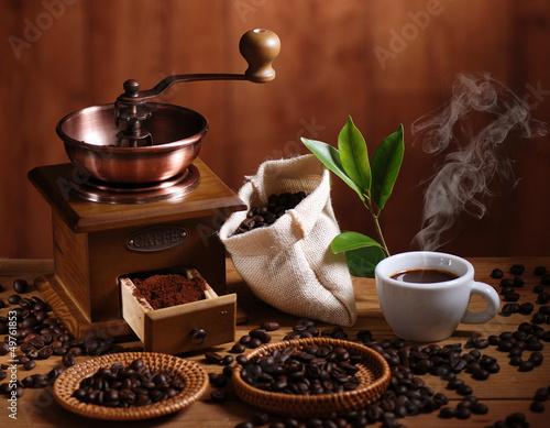 Fotobehang Cafe tazza di caffè espresso con macinino in legno