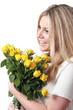 frau mit gelben rosen
