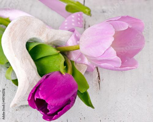 Herzlicher Gruß: Holzherz mit Tulpen