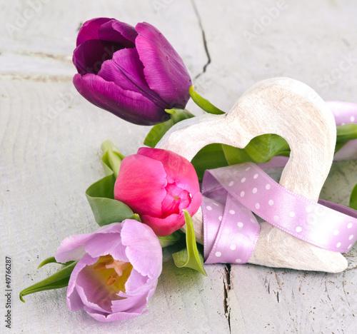 Herzlicher Gruß: Zwei Holzherzen mit Tulpen