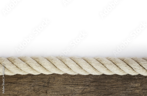 Starkes Tau auf verwittertem Holz