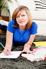 Junges Teenager Mädchen macht Hausaufgaben