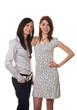 Zwei junge Frauen tuscheln miteinander