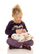 Kind mit Sparschwein beim sparen von Geld Scheinen