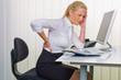 Frauen im Büro mit Rückenschmerzen