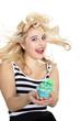 Junge hübsche blonde Frau mit Cupcake lacht