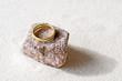 Goldener Ring auf Granit