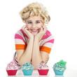 Junge hübsche blonde Frau mit Cupcakes und lacht