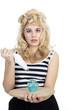 Junge hübsche blonde Frau mit Cupcake