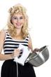 Junge hübsche blonde Frau macht Cupcake
