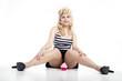 Junge hübsche blonde Frau frech und sexy mit Cupcake
