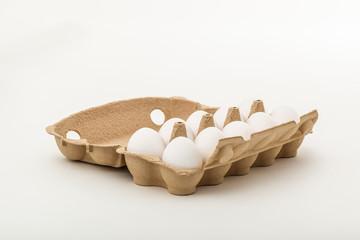 Eier in Verpackung zum Essen und Zubereiten
