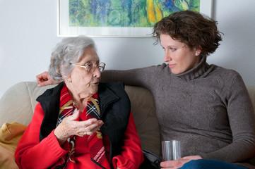 Rüstige Seniorin mit Enkelin