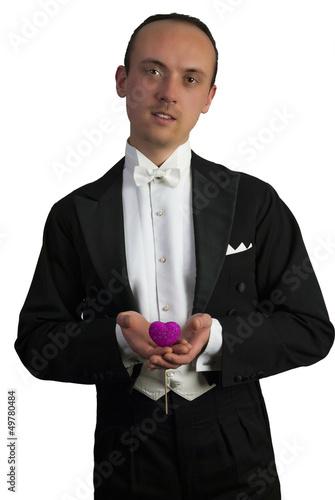 Mann hält Herzchen in Händen