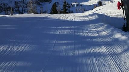 Fahrt auf Skiern am Schlepplift