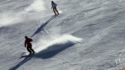 Skifahrer auf einer rasanten Abfahrt
