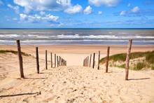 Chemin de la plage de sable par la mer du Nord