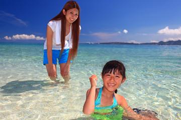 海辺で遊ぶ笑顔の親子