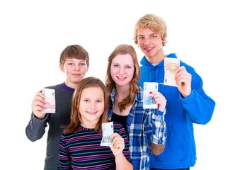 Teenager mit Euroscheinen