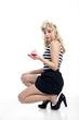 Hübsche junge Frau im Retro Style sexy mit Cupcake